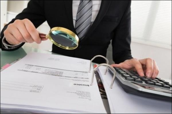 Лупа и документы