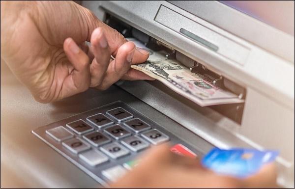 Фото снятие денег с банкомата