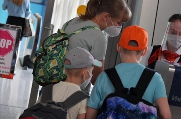 Аеропорт женщина с детьми