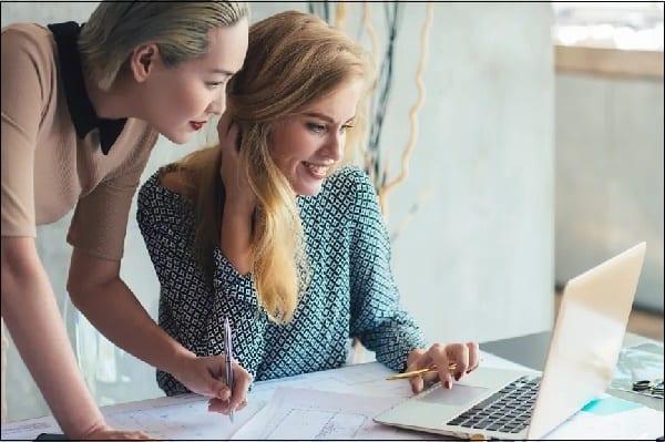 Две девушки за ноутбуком
