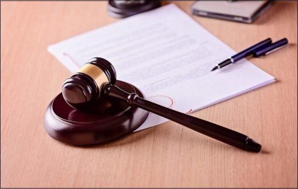 Судебный молоток и заявление