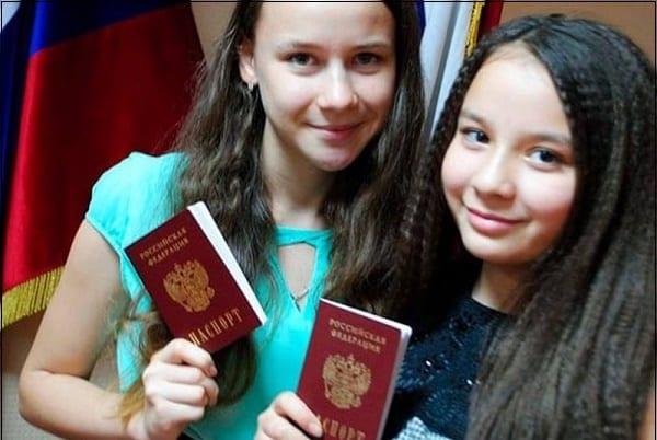Девушка с паспортами