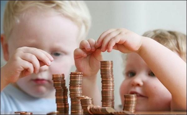Дети и стопки монет