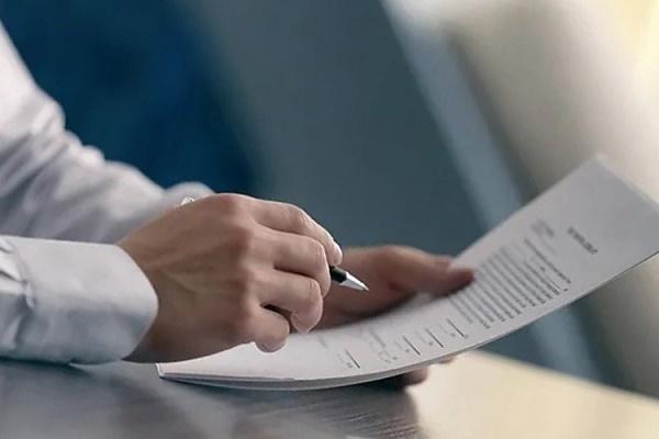 Ручка в руке и договор