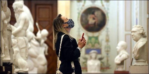 Девушка на выставке