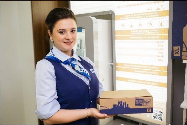 Заставка почтовик с посылкой