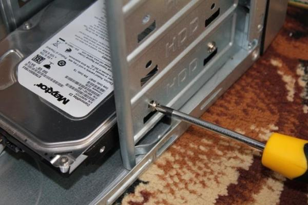 установка жесткого диска в системном блоке