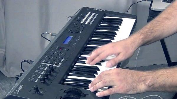 Использовать на виртуальном синтезаторе две руки будет сложновато
